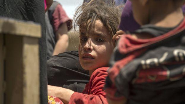 Nhiều trẻ em ở trong số những thường dân bị kẹt bên trong các khu vực do IS kiểm soát ở Mosul, một số đã được các lực lượng giải phóng đưa ra an toàn.
