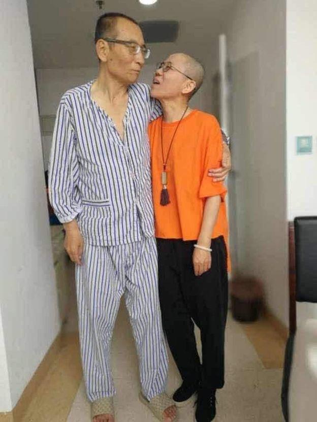 Ảnh được một nhà hoạt động có trụ sở tại Quang Châu,Ye Du, đăng trên twitter cho thấy ông Lưu Hiểu Ba và bà Lưu Hà, tại một địa điểm không được tiết lộ.