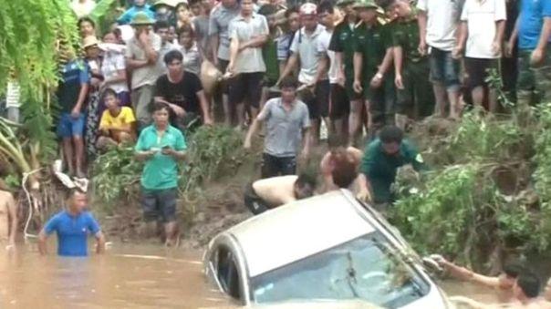 Một xe hơi bị lũ cuốn trôi tại Thái Nguyên