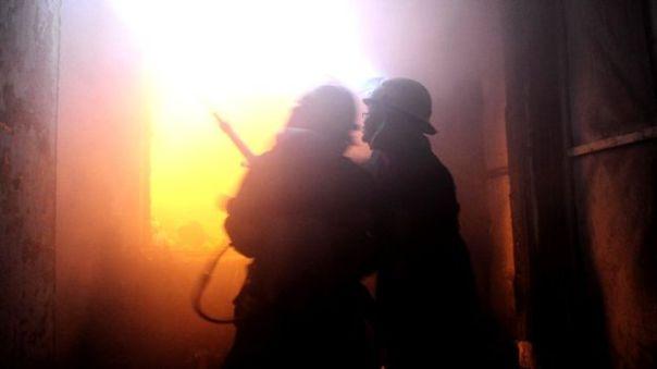 Các nhân viên cứu hỏa Trung Quốc trong một đám cháy (hình minh họa).