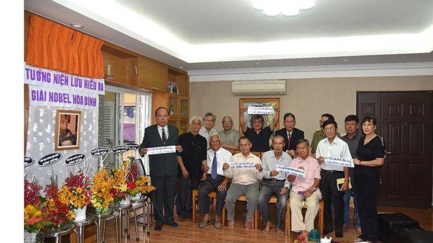 Một số thành viên dự lễ tưởng niệm Lưu Hiểu Ba tại nhà riêng Giáo sư Tương Lai hôm 16/7, bà Sương Quỳnh đứng ngoài cùng bên phải, hàng đầu.