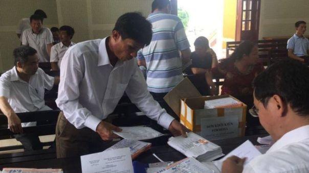 30 người dân đại diện hàng trăm người dân khác nộp 500 đơn kiện Formosa lên Tòa án Tỉnh Nghệ An sáng 18/7