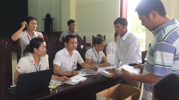 Cán bộ tòa án đã tiếp nhận 500 đơn kiện của người dân sáng nay, theo linh mục Đặng Hữu Nam