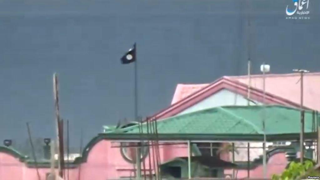 Cờ Nhà nước Hồi giáo trên một tòa nhà ở Thành phố Marawi, Philippines (ảnh được đăng trên trang web của TTX Amaq ngày 12/6/2017.)
