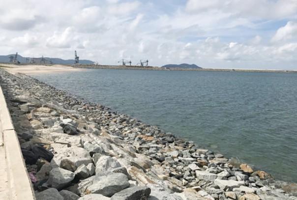 Bãi thải lấn biển của Formosa nằm ở phía nam cảng Sơn Dương. Ảnh: Tiền Phong.