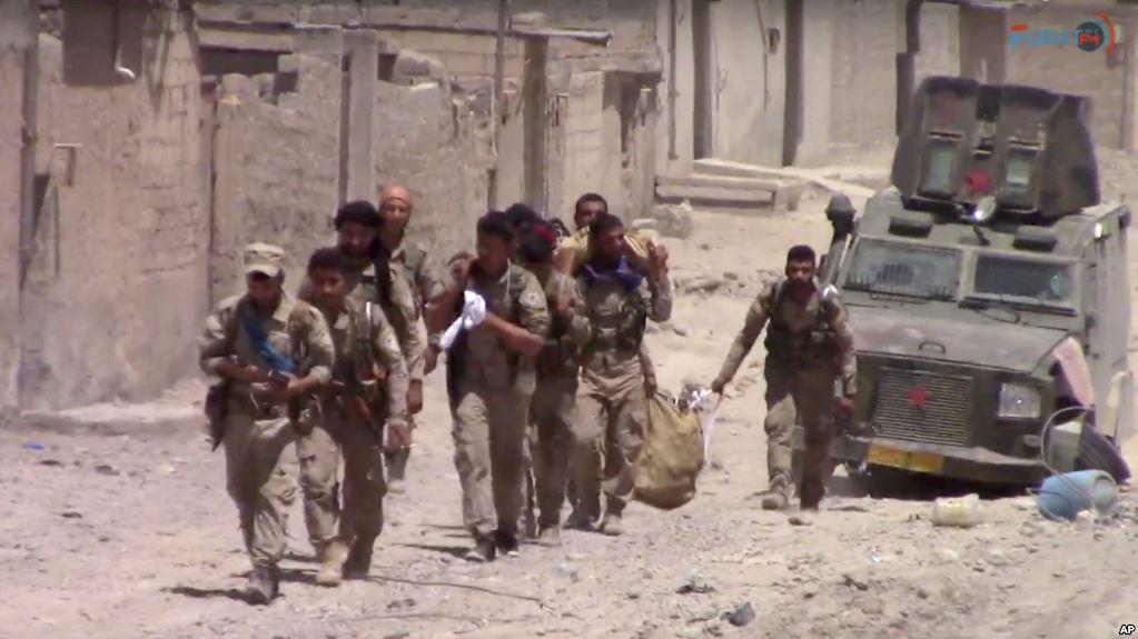 Hình ảnh trích từ video công bố hôm thứ Ba, ngày 4 tháng 7, 2017, cho thấy Lực lượng Dân chủ Syria được Mỹ hậu thuẫn đã phá tường xâm nhập khu Phố Cổ Raqqa, quân đội Mỹ cho biết hôm thứ Ba.