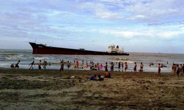 Du khách tắm biển gần tàu Thái Hà 26 bị mắc cạn ở bãi biển Cửa Lò sau bão số 2