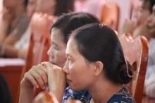 Nhiều giáo viên rưng rưng nước mắt trong buổi thông báo cắt hợp đồng.