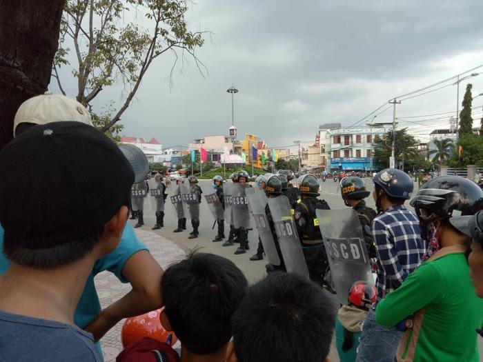 Đông đảo lực lượng công quyền bảo vệ nhà máy xử lý chất thải Khánh Hòa.