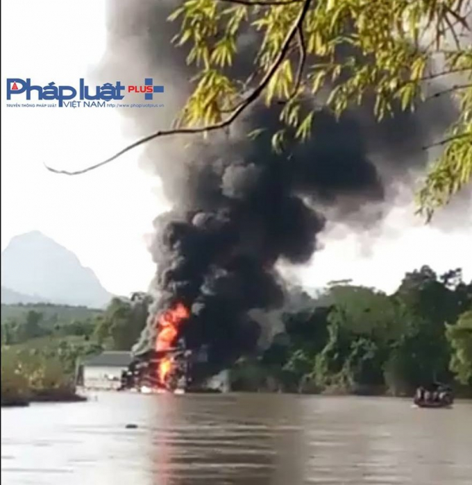 Khói lửa ngút trời bốc lên từ tàu cuốc.