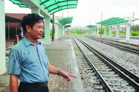 Bên ngoài và phía trong nhà ga luôn vắng vẻ im lìm