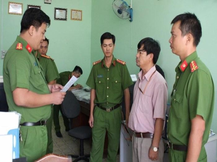 Công an quận Ninh Kiều đọc lệnh bắt ông Kiệt tạm giam.
