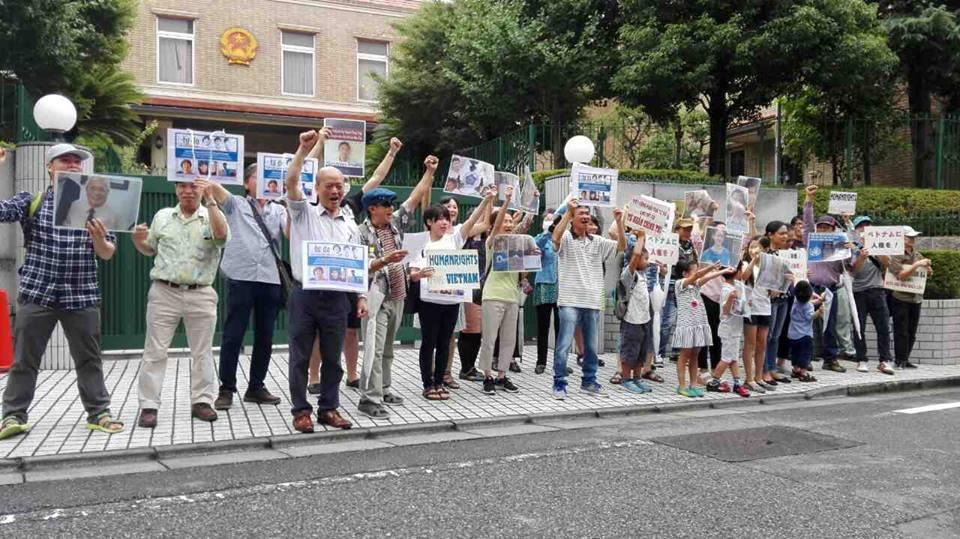 đồng bào Việt Nam tại Nhật Bản đã biểu tình trước Đại Sứ Quán Việt Nam tại Tokyo vào sáng ngày hôm qua, Thứ Sáu 11 Tháng 8, 2017.