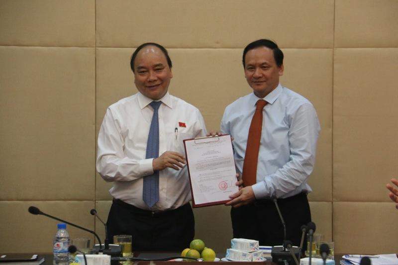 Phó Thủ tướng trao Quyết định bổ nhiệm Thứ trưởng Bộ GTVT cho ông Nguyễn Nhật ngày 17/06/2015. Ảnh: vinamarine